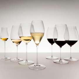Verschiedene Riedel Weingläser links 3 mit Weisswein und eines mit Schaumwein, rechte 3 mit Rotwein