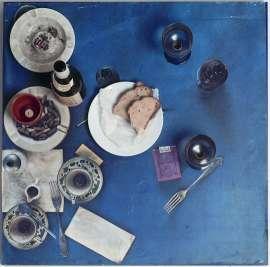 Daniel Spoerri Tableau Piège, Restaurant Spoerri, 1972 Assemblage mit Geschirr- und Speiseresten auf blauem Papiertuch in Plexiglaskasten, 70 x 70 x 40 cm