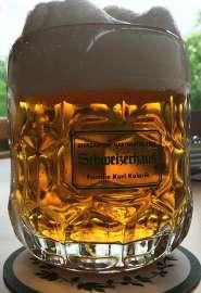Ein perfekt eingeschenktes Krügerl Budweiser mit Schweizerhaus Logo