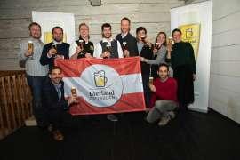 Das Österreichische Biersommellier Nationalteam 2019 mit Österreichischer Fahne