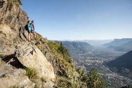 Pärchen genießt den atemberaubenden Blick ins Tal beim Wandern