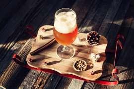 Ein Glas Bier in festlichem Arrangement