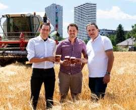 Tobias Frank, 1. Braumeister/Geschäftsführer der Ottakringer Brauerei, Landwirt Josef Neumayr sowie LWK Wien Präsident Franz Windisch