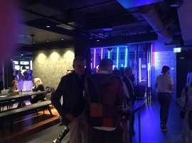 Der Coole Barbereich in buntem Licht während dem VIP-Opening der 23. Restaurantwoche