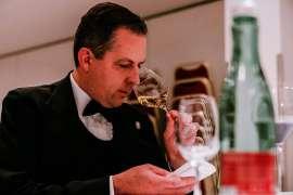Andreas Jechsmayr riecht an einem Weinglas