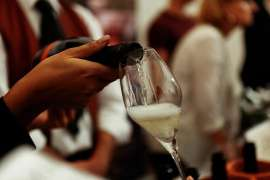 Ein Glas Schaumwein wird eingeschenkt