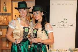 Zwei junge Damen im Junkerkostüm präsentieren den Junker 2018