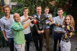 Die 6 Finalisten der Jungwinzertrophy im Wiener Schlossquadrat freuen sich auf einen spannenden Wettbewerb: Mathias Prugmaier (Weingut Assigal), Andreas Knötzl (Weingut Knötzl), Johannes Fritz (Weingut Josef Fritz), Jürgen Geyer (GF Schlossquadrat),