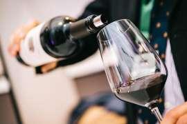 Auf der Mondovino 2018 wird Rotwein in ein Glas eingeschenkt
