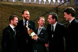 Nach dem Wettbewerb gemeinsame Freude aller Wettbewerbsteilnehmer  mit einer großen Flasche Sekt