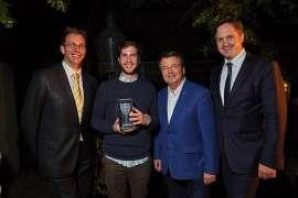 Dem sympathischen Jungwinzer Paul Schabl gratulieren Jürgen Geyer (GF Schlossquadrat), ÖWM-Chef Willi Klinger und der Präsident des österr. Weinbauverbands NAbg. Johannes Schmuckenschlager.