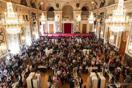 Besucher der Veranstaltung in den Prunkräumen der Wiener Hofburg