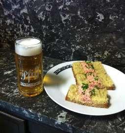 Das Trzesniewski Wiesnbrötchen mit einem Pfiff Bier