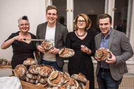 Frau Erna vom Schwarzen Kameel war für Beinschinken verantwortlich. Köstliches Brot lieferte Bäckerstar Georg Öfferl.