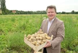 Bürgermeister Michael Ludwig - im Bild mit einer Steige Erdäpfel - appelliert, regionale Produkte wie zum Beispiel Erdäpfel aus Wiener Landwirtschaftsbetrieben zu kaufen.