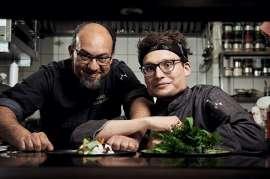 v.l.n.r.: Mario Schneider (Küchenchef) und David Lamatsch (Sous Chef) zeigen neuen Küchenstil im STUWER