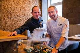 Sascha und Marcel Ruhm präsentieren an der neuen Sushibar eine Etagere mit kreativem Sushi