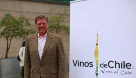 Aurelio Montes sr. neben dem Wines of Chile Logo