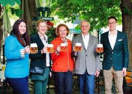 Familie Kolarik mit Budweiser-Krügeln vor dem Schweizerhaus: V.l.n.r.: Regina Kolarik, Lydia Kolarik, Hanni Kolarik, Karl Jan Kolarik, Karl Hans Kolarik