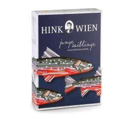 Photo der Dose in der Verpackung, die stylisierte Saiblinge zeigt, darüber der Schriftzug 'junge saiblinge...' und das Hink Logo ganz oben.