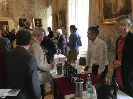 Besucher verkosten im Schloss Esterhazy die neuen RWB-Weine