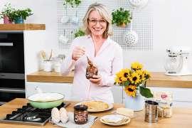 Ja! Natürlich Geschäftsführerin Martina Hörmer bereitet mit der palmölfreien Ja! Natürlich Nougatcreme Palatschinken zu.