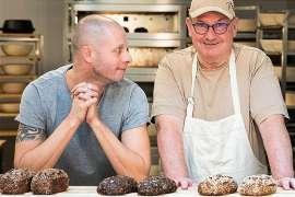 Joseph Weghaupt und Bäckermeister Klaus Werner freuen sich über die gelungene Innovation glutenfreies Bio-Sauerteigbrot