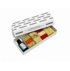 Das Trzesniewsky Kraft-Paket bestehend aus 4 Brötchen und einer kleinen Flasche INJU FOCUS in einem passenden Pappkarton mit Trzesniewski Schriftzug