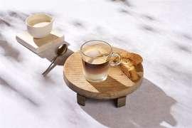 Caffè alla Salentina by Nespresso auf einem Holzbrettchen serviert