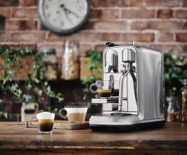 Die neue Nespresso Creatista Maschine mit drei beispielhaft zubereiteten Barista Kaffees