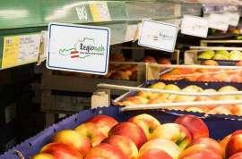 Kisten mit regionalen Äpfeln und 'regional'-Plakaten in einer Metro-Filiale