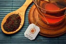 Ein Löffel mit Safsun Tee rechts neben einer Tasse Tee
