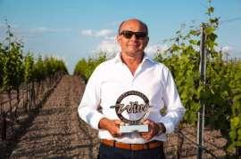 Hans Tschida mit der neuen Auszeichnung im Weingarten