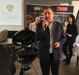 Christian Hubinger (Geschäftsführer Weber-Stephen Österreich) präsentiert den neuen Master-Touch Premium Holzkohlegrill