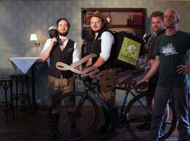 Jakob Schönberger, Herbert König, Markus Neuhold, Daniel Hofko (Velofood) (v.l.n.r.) mit Fahrrad samt Veloffod-Tasche