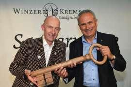 Dir. Franz Ehrenleitner, MAS übergibt im feierlichen Rahmen den Kellerschlüssel an seinen Nachfolger Ing. Ludwig Holzer, MSc