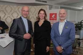 Dompfarrer Toni Faber mit Monique Dekker (Park Hyatt) und Initiator Christian Lerner