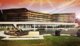 Hotel Aviva: Aussenansicht bei Dämmerung mit Pool
