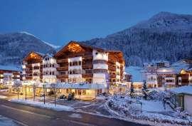 Außenansicht des Hotels im Winter bei Nacht