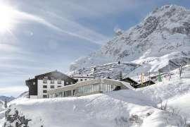 Außenansicht des Hotels Zürserhof im Winter bei Dämmerung