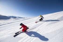 Beste Bedingungen für eine tolle Abfahrt Quelle: zwei SchifahrerInnen sausen über die Piste