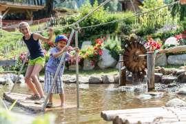 Kinderspaß am Wasserparkour