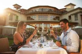 Ein Paar beim romantischen Abendessen im Innenhof des Yoga vor dem Koyteich im Hotel Larimar Stegersbach