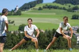 Drei Sportlerinnen beim Lauftraining auf der Seiser Alm