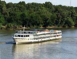 MS Wolga auf der Donau - Aussenansicht mit Passagieren