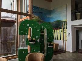 In der Lobby des Wellness- und Ayurvedahotel Paierl steht ein großer grüner 30er