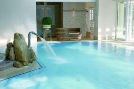 Pure Entspannung im Indoor-Thermalpool