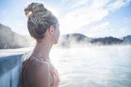 Relaxen im neuen Pool: eine blonde Dame mit hochgestecktem Haar blickt in die Ferne