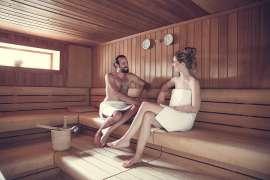 Ein junges Paar in der Sauna des Hotel Alpenhof, Fischbacher World