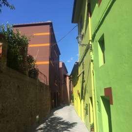 Blick auf die bunten Häuser der Via di Mezzo in Ghizzano di Peccioli, Toskana